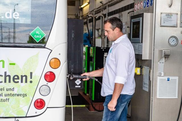 RVK-fuel-cell-bus-refueling